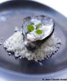 Recette Huîtres, gelée d'eau de mer au thé blanc au jasmin : Ouvrez les huîtres délicatement et filtrez leur jus. Laissez les huîtres dans leur coquille et réservez au réfrigérateur.Faites bouillir le jus des huîtres. Ajoutez les feuilles de gélatine préalablement trempées dans de l��...