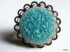 Bague en porcelaine craquelée artisanale turquoise sur anneau réglable bronze : Bague par fangiella