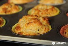 Sajtos muffin (közepébe sajtkrém, kolbászdarabok, újhagymaszár v. snidling)