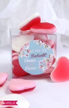 Een #huwelijksbedankje gevuld met lekker snoepgoed namelijk de Love harten. Een #vintage logo met persoonlijke bedanktekst maakt dit #bruiloftbedankje persoonlijk.