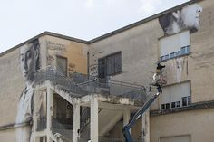 Warten auf die Zukunft – Guido van Helten lässt im Rahmen von Festiwall ein romantisches Mural entstehen  Anlässlich des diesjährigen Festiwalls in Ragusa wollte Guido van Helten ein Mural speziell für die Jugendlichen der sizilianischen Kleinstadt kr...