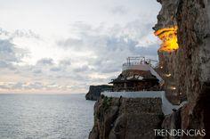 ¿Tomar una copa viendo el atardecer en una cueva de un acantilado con vistas al mar? Cova d'en Xoroi, menorca.