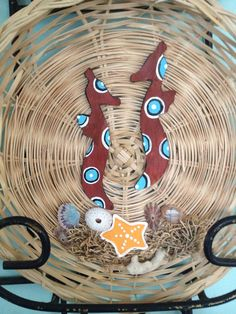 Plato de mimbre adornado con pasta polimerica pintado a mano!