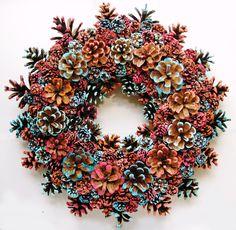 Corona de Navidad, hecho con conos de pino