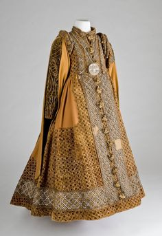 From Lippe museum is a courtly children dress from the Renaissance. It is in the style of Spanish fashion and worn by the Countess Catherine Lippe Lippe. She died on 19 May 1600 at the age of 6 years. Also in the grave a bonnet, shirt fragments, shoes, socks and a necklace with a pendant. This dress is made ​​of Warp / cotton and is decorated on the front and along the placket on the bodice with lace of gold and silver wire. The shoulders show the typical Renaissance fashion Schülterwülste.