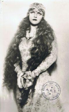 Le 30 avril 1902, Debussy créait Pelléas et Mélisande d'après la pièce de Maeterlinck, ici avec Simone Berriau.