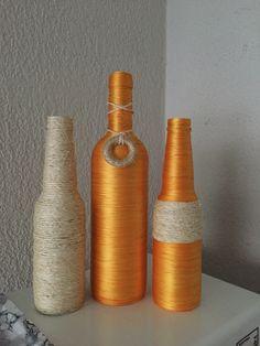 Trio de garrafas decoradas fio amarelo e sisal.