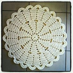 lovely crochet doily rug by Crochet Doily Rug, Gilet Crochet, Crochet Placemats, Crochet Carpet, Crochet Dollies, Crochet Circles, Crochet Flower Patterns, Crochet Home, Thread Crochet