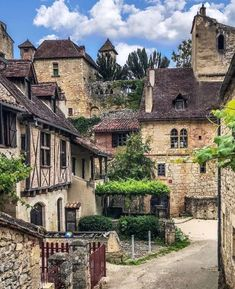 """872 mentions J'aime, 11 commentaires - Pix.City (@pix_city) sur Instagram: """"En plein cœur du village médiéval de Saint-Cirq-Lapopie 🤩 📸 @live_the_moment_with_fady .…"""""""