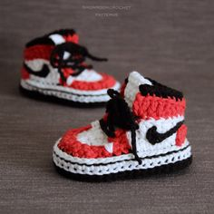 You will receive elaborated written PDF in ENGLISH and SPANISH for crocheting this original baby sneakers which remind us the popular and mythical 1985 Air Jordans sneakers. Crochet Slipper Pattern, Crochet Slippers, Modern Crochet Patterns, Baby Patterns, Doll Patterns, Crochet Baby Shoes, Crochet Baby Booties, Knitted Baby, Basic Crochet Stitches