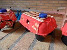 Brandweerauto van een eierdoos met een trap en wielen