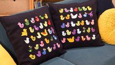 Två kuddar med färgglada fåglar i en soffa Sewing Lessons, Upcycle, Applique, Throw Pillows, Free, Toss Pillows, Upcycling, Cushions, Repurpose