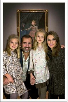Spanish Royal Family Christmas cards 2013 - (L-R) Infanta Sofia, Crown Prince Felipe, Infanta Leonor and Crown Princess Letizia. So pretty this picture for Queen Letizia and her Royal Family. Royal Family Christmas, Family Christmas Cards, Christmas Greetings, Princess Sofia, Prince And Princess, Ernst August, Style Royal, Royal Families Of Europe, Spanish Royalty