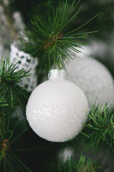 blanca Navidad White Christmas Ornaments, Diy Christmas Ornaments, Winter Christmas, Christmas Bulbs, Christmas Ideas, Christmas Mantles, White Christmas Decorations Diy, Vintage Christmas, Christmas Place