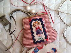 Monedero vichy rojo, con aplicación de muñeca con vestido azul.            24 €.