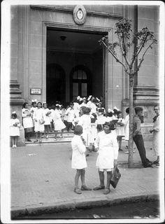 """1850. Imagen del Cabildo, con el siguiente epígrafe: """"Frente del Cabildo, año 1842/1850. Esta es la fotografía más antigua del edificio de la República."""" Se trata de un daguerrotipo ori…"""