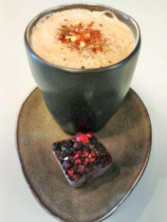 at VegaVerso , we like it HOT !!  Een spicy chai coffee met een extra shot espresso, cacao , kaneel en chilivlokken , hier geserveerd met een al even spicy raw choco-bonbon van Happy Herbi
