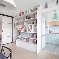 Asymetrická knihovna #bohostudio #bookshelves #kitchen #interiordesign #pastelkitchen #design #livingroom #portfolio #warsaw