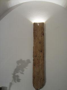 Applique ricavata da un'asse di legno ricavata dalla demolizione per ristrutturazione di un fabbricato del '600
