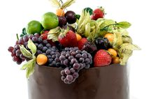 cesta de chocolate recheada com sorvete e frutas