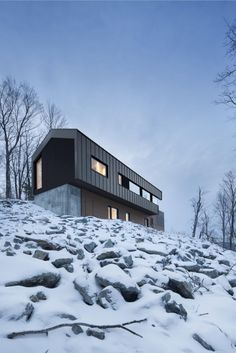A country house is located on the top of a sloped land surrounded by a forest in Bolton East, Quebec, Canada. The architecture studio Nature Humaine designed the project having in mind the client's special request of a house in perfec Residence Architecture, Architecture Résidentielle, Bolton House, Alpine Modern, Haus Am Hang, Casas Containers, Mountain Homes, Quebec, Patio