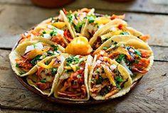 Deleita tu paladar y el de tu familia al preparar estos deliciosos y sabrosos tacos al pastor con esta receta ideal para compartir.