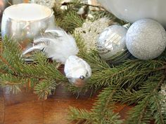 Sparkling silver Christmas balls - Add an elegant Touch to Your Holiday Decorations White Christmas Tree Decorations, Modern Christmas Decor, White Ornaments, Christmas Table Settings, Christmas Centerpieces, Thanksgiving Decorations, Winter Decorations, Glass Ornaments, Christmas Balls