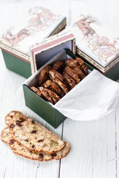 Dried fruit biscuits, delicate and tempting biscuits perfect to be served with ice cream, tea, chocolate, dessert wines. Fruit Cookies, Biscotti Cookies, Fruit Biscuits, Holiday Cookie Recipes, Italian Cookies, Dried Fruit, Italian Recipes, Favorite Recipes, Cooking