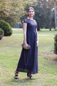 Outfit: Royal Blue Dress | Mood For Style - Fashion, Food, Beauty & Lifestyleblog | Outfitpost mit einem blauen Spitzenkleid, High-Heel Sandaletten sowie einer Clutch und einem Haarreif