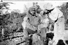 Izquierda: El ceño inconfundible. Ernesto en brazos de su madre, Celia de la Serna en 1928, en el amanecer de su vida. Derecha: A lomo de burro. En el paisaje serrano de Alta Gracia cuando tenía cinco años, junto a Celia, la mayor de sus dos...