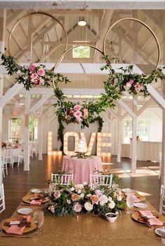 How to transform hula hoops into dreamy decorative wreaths .- So verwandeln Sie Hula Hoop Reifen in traumhafte Deko-Kränze! Gold Wedding Colors, Pink And Gold Wedding, Wedding Color Schemes, Wedding White, White Bridal, Wedding Centerpieces, Wedding Table, Wedding Rustic, Trendy Wedding