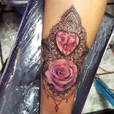 Realizado por @eduardoo.cs en Morrigan!!!!! #rose #rosetattoo #ink #diamonds #diamondtattoo #pink #inklife