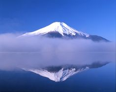 湖に映る逆さ富士。 とっても幻想的です。 この姿が見られるのが山梨県から見る富士山の醍醐味です。 ぜひ山梨県にお越しください!