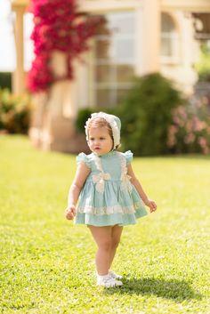 351e66953 Jesusito para bebé niña en verde agua estampado a topitos en crudo. Pechera  adornada de