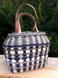 WAAAAAaaayy more involved than my simple one. Sure is a beauty. Woven purse called Smoky Ridges  pattern by Sharon Klusmann 2012