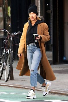 Hailey Baldwin Steps Out in Fashion s New Street Style Approved Sneaker Street Style Baldwin Fashions Hailey Sneaker steps Street Streetstyle StyleApproved # New Street Style, Sneakers Street Style, Looks Street Style, Sneaker Street, Fall Fashion Street Style, Autumn Street Style, Casual Street Style, Street Style Women, Estilo Hailey Baldwin