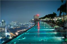 Zwembad op 200 meter hoogte in het Marina Bay Sands hotel in Singapore