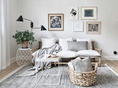 Ein schickes Wohnzimmer in weiß und grau – das Bambussofa sorgt für Leichtigkeit. Mehr Tipps findet ihr auf roomido.com