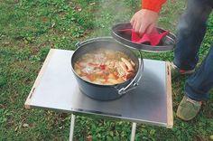 ユニフレームの焚き火テーブルは、多くのキャンパーから人気を博しているサイドテーブルです。使い勝手が良すぎる「焚き火テーブル」の魅力、快適な機能、サイズなどを紹介!一度使うと複数欲しくなるこの焚き火テーブルにはどんな魅力があるのか分析します!