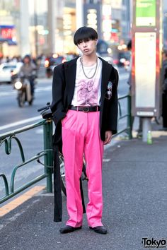 Manaya is a 19-year-old student who often catches our eye on the street in Harajuku. His look this time features an oversized Comme Des Garcons blazer with shoulder pads over a Richardson graphic t-shirt, belted pink pants, and Yosuke shoes. Accessories – some of which came from Bvlgari, Faith Tokyo, and Open The Door – include earrings, a necklace, sunglasses, a belt buckle, and a Just In Case (Taiwan brand) bag with long straps.