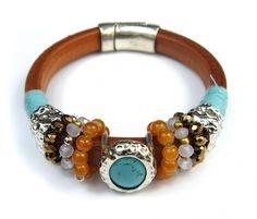 Echte leren armband met turquoise steen van het merk Sweet7. Makkelijk te openen en te sluiten middel van een stevige magneet sluiting. - � 17,50