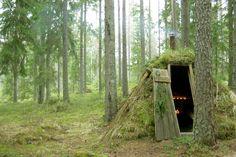 En pleno bosque. En plena naturaleza. Durmiendo en pequeñas cabañas sobre un tablón de madera revestido con una piel de oveja. Sin agua corriente. Con velas como única iluminación. Calentándose por una chimenea alimentada con leña. Aseandose en el lago cercano. Exactamente como vivían los suecos antiguamente.