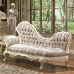 A fainting couch looks so elegant, so romantic and sophisticated and is a complement to any room. Many people mistake it with a chaise lounge Victorian Style Furniture, Victorian Decor, French Furniture, Victorian Homes, Vintage Furniture, Cool Furniture, Furniture Design, Victorian Couch, Furniture Ideas