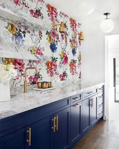 The Amrapali wallpaper by Designer's Guild looks beautiful in this kitchen space that was designed by - available on our website. Bold Wallpaper, Kitchen Wallpaper, All White Kitchen, Kitchen Tops, White Kitchens, Trendy Home Decor, Home Decor Trends, Kitchen Trends 2018, Designers Guild Wallpaper