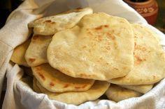 Il pane azzimo è una ricetta per realizzare dell\'ottimo pane fatto in casa, senza usare il lievito.