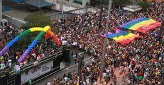 """A 19ª edição da Parada Gay de São Paulo lota a região da avenida Paulista, no centro da capital, neste domingo. O tema deste ano é: """"Eu nasci assim, eu cresci assim, vou ser sempre assim: respeitem-me!"""". A inspiração é a música que ficou consagrada como a trilha sonora de Gabriela, personagem criado pelo escritor Jorge Amado"""