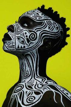 L'artiste nigérian, Laolu Senbanjo, après avoir étudié le droit et exercé le métier d'avocat, se tourne vers les arts créatifs et la...
