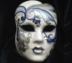 """Volto """"Perla"""" azzurro OR15. Maschera realizzata completamente a mano in cartapesta con l'aggiunta dello screpolato (Craquelè).Le decorazioni, anch'esse realizzate a mano, sono in colori acrilici e di alto livello dal punto..."""