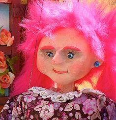"""Titella personatge Aïna, de l'espectacle """"El gegant sempre té gana""""."""