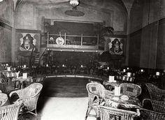 Uitgaansgelegenheden. Het interieur van cabaret-dancing Florida in Den Haag. Nederland, 1926. Serie van 2 foto's.